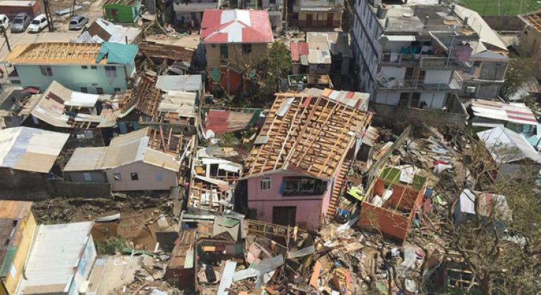 Casas destruidas tras el paso del huracán María en Dominica.
