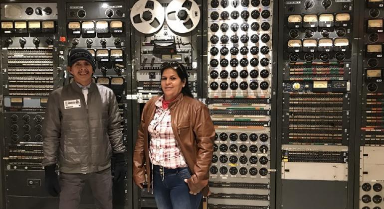 Ever y Alba durante su visita a los estudios de radio de Noticias ONU en Nueva York.