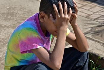 Un niño nicaragüense se lamenta ante la violencia.