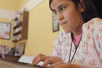 Una niña con discapacidad visual. Foto IKUSI/2013/Martínez.