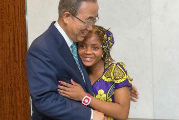 Ban Ki-moon junto a Raquelina Langa. Foto ONU/Mark Garten.