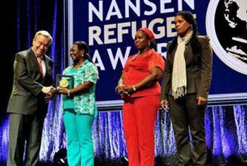 El Alto Comisionado de las Naciones Unidas para los Refugiados, António Guterres, entrega la Medalla Nansen a las representantes de la Red Mariposas de Alas Nuevas Construyendo Futuro. Foto ACNUR/Mark Henley