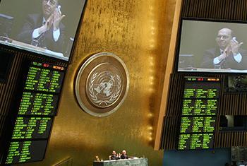 Asamblea General de la ONU aprueba el Tratado de Comercio de Armas en abril de 2013. Foto: ONU/Devra Berkowitz