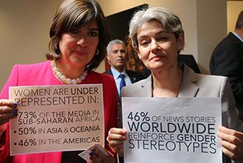 La directora general de la UNESCO, Irina Bokova (dcha.) y la periodista británica, Christiane Amanpour. Foto: Twitter UNESCO.