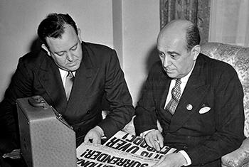 El por entonces ministro de exteriores y director de la delegación de Noruega, Trygve Lie (izq.), y el ministro de exteriores y director de la delegación de Checoslovaquia, Jan Masaryk, reciben la noticia de la victoria europea el 8 de mayo de 1945. Foto: