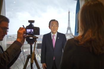 El Secretario General de la ONU, Ban Ki-moon, en una entrevista con Radio ONU en la sede de la UNESCO, en París. Foto: ONU/Rick Bajornas