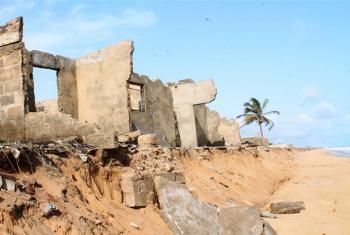 La subida del nivel del mar, causada por el cambio climático, provoca la erosión costera de Togo, destruyendo viviendas y negocios. Foto: IRIN/Daniel Addeh