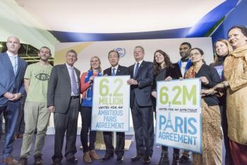 El Secretario General, Ban Ki-moon, se reúne con la prensa y grupos de la sociedad civil. También asiste Al Gore, ex vicepresidente de Estados Unidos y presidente del proyecto Climate Reality. Foto ONU/Mark Garten.