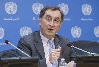 Janos Pasztor, subsecretario general de la ONU para el cambio climático da detalles del acuerdo COP21 en conferencia de prensa en Nueva York. Foto ONU/Manuel Elías.