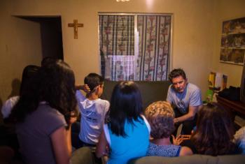 Guatemala. Osvaldo Laport escucha los desgarradores testimonios de esta familia que debió huir de la violencia criminal y la persecución en El Salvador. Foto ACNUR/Daniele Volpe.