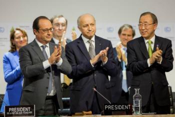 El Secretario General de la ONU, Ban Ki-moon (derecha), el Canciller francés y Presidentde de la COP21, Laurent Fabius,(centro) y el Presidente de Francia , Francois Hollande. Foto: UNFCCC