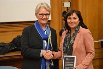 Margareta Wahlström, directora de la UNISDR (izq.), junto a Annick Girardin, ministra francesa para Desarrollo, en la COP21. Foto: UNISDR - Brigitte Leoni.