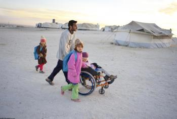 Una familia siria camina en el campamento de refugiados de Zaatari en Jordania. Foto: UNICEF/NYHQ2013-1390/Noorani