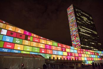 En septiembre, los líderes mundiales adoptaron la Agenda 2030 para el Desarrollo Sostenible. Un video de presentación de los 17 Objetivos de Desarrollo Sostenible es proyectado en la sede de la ONU en Nueva York. Foto: ONU / Cia Pak