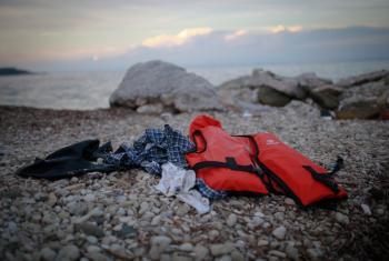 Septiembre de 2015, salvavidas y ropas abandonadas en las costas de Lesbos, Grecia. Foto © UNICEF/UNI200266/Nybo.