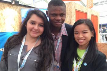 De izquierda a derecha, Zandy, Islamane y Mallinda, jovenes que se encuentran participando en París en la COP21. Foto Cristina Silveiro.