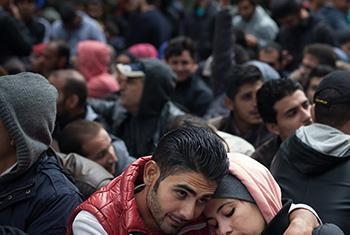 Una pareja siria espera a ser registrada en Alemania junto a otros refugiados en noviembre de 2015. © UNICEF/Gilbertson VII.