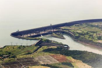 La hidroeléctrica Itaipu Binacional, entre Paraguay y Brasil, es un ejemplo de inversión en energías limpias. Foto ONU: Evan Schneider.
