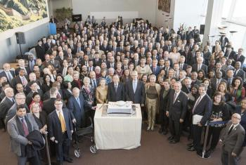 El Secretario General, Ban Ki-moon, y el Presidente de la Asamblea General Mogens Lykketoft, se unieron a los delegados para celebrar el 70 aniversario de la primera reunión de la Asamblea General. Foto ONU/Mark Garten