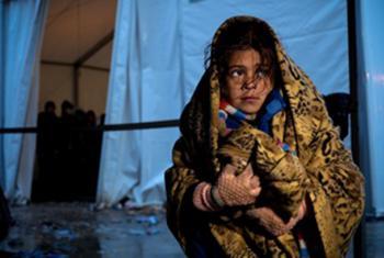 Una niña se protege del frio en un centro de acogida de refugiados y migrantes en Gevgelija, en la ex República Yugoslava de Macedonia. Foto: UNICEF/Ashley Gilbertson VII