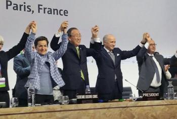 Ban Ki-moon celebra junto a los líderes mundiales presentes la aprobación del Acuerdo de París, el 12 de diciembre de 2015 en la capital francesa. Foto UNFCC