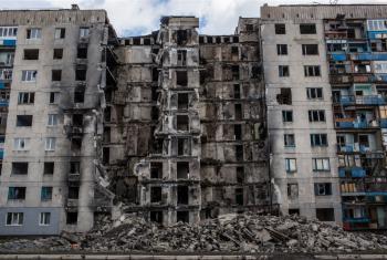 Edificios en Lisichansk, Ucrania, destruidos por bombardeos en julio de 2014. Foto de archivo: IRIN © Brendan Hoffman/Mercy Corps.