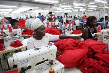 Trabajadoras de una fábrica textil en Ghana . Foto: Banco Mundial /Dominic Chavez