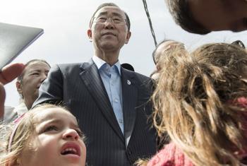 El Secretario General de la ONU, Ban Ki-moon, entre un grupo de niños de una familia libanesa que vive en el asentamiento Hay el Tanak en el Líbano. Foto: ONU/Mike Garten