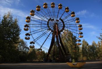 Una rueda de la fortuna abandonada en la ciudad de Pripyat, Ucrania, un triste recordatorio de lo que dejó el accidente. Foto: Dana Sacchetti/OIEA