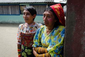 Las mujeres indígenas guna todavía se adornan con el atuendo tradicional, usan colores vibrantes, abalorios geométricos que rodean las piernas de los tobillos a las rodillas, además de molas (blusas hechas a mano) que cubren el torso. Foto: Rocío Franco/R