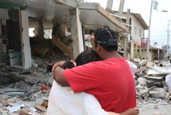 Una pareja observa la destrucción de varios edificios en el cantón de Pedernales, el más afectado por el terremoto del 16 de abril. Foto: UNICEF/UN017167/Castellano