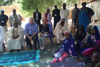 Stephen O´Brien conversa con desplazados por la violencia de Boko Haram en Diffa, Níger. Foto: ONU-OCHA