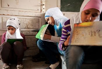 Niñas estudian en una escuela del OOPS, en el campo de refugiados de Jaramana, en Siria.