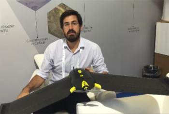 """El mánager regional de """"SenseFly"""" con uno de los drones usados para gestionar la ayuda humanitaria. Foto ONU: Reem Abaza."""