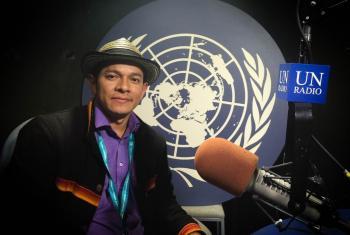Juvenal Arrieta, dirigente indígena emberá de Colombia, en los estudios de Radio ONU. Foto: Rocío Franco/Radio ONU.