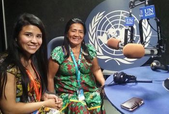 Linda Manaka Infante (izq.) y Mirta Suruta, en los estudios de Radio ONU. Foto: ONU/Gisel Ducatenzeiler