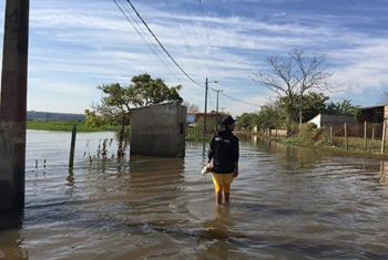Las inundaciones no permiten que 13.700 familias regresen a sus casas en Asunción. Foto: Radio ONU/Carla García