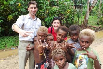 Oriol Mitjà y Noemí Cuní con niños de Papúa Nueva Guinea. Foto extraída del blog de los productores del documental Grup Broadcasters.