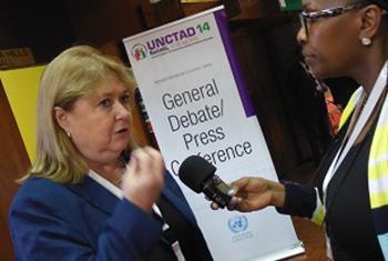 La ministra de Relaciones Exteriores de Argentina, Susana Malcorra, es entrevistada por Radio ONU en Nairobi. Foto Radio ONU.