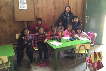 La maestra Angélica Viveros con algunos de sus estudiantes en la escuela de un campamento de desplazados en Asunción, Paraguay. Foto: Radio ONU/Carla García