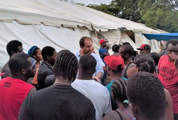 El jefe de la mision de la OIM en Costa Rica, Roeland de Wilde, conversando con los migrantes varados. Foto: OIM/Jorge Gallo.