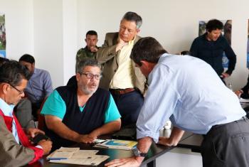 Integrantes del Mecanismo Tripartito en la sede en Bogotá: Marco León Calarcá, de las FARC-EP, Contralmirante Orlando Romero, del Gobierno de Colombia, y General Pérez Aquino, de la Misión de la ONU en Colombia. Foto: Misión de la ONU en Colombia.