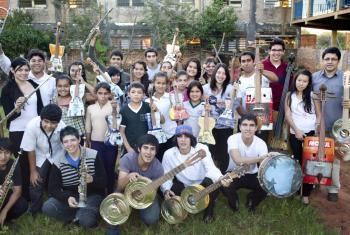 """Orquesta de Instrumentos Reciclados de Cateura. Foto: cortesía del documental """"LandfillHarmonic"""", armonía del vertedero."""