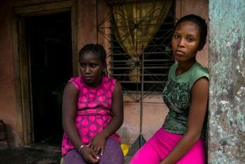Nakisha (dcha.), de 15 años, y su hermana Ashely, de 9, abandonaron su casa de Camagüey huyendo de las maras y migraron a Estados Unidos, pero fueron deportadas de vuelta a Honduras. © UNICEF/UN028148/Zehbrauskas