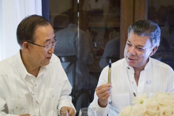 El presidente Juan Manuel Santos le obsequia a Ban Ki-moon una pluma para firmar el acuerdo de paz hecha de balas recicladas que fueron usadas durante la guerra en Colombia. Foto de archivo: ONU/Rick Bajornas.