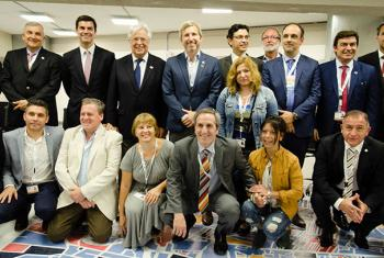 El ministro del Interior de Argentina, Rogelio Frigerio (en el centro, con chaqueta azul), y el secretario general de ONU Hábitat, Joan Clos (a la derecha de Frigerio), presentaron el Plan Nacional Urbano en un evento en el marco de la Conferencia de la O