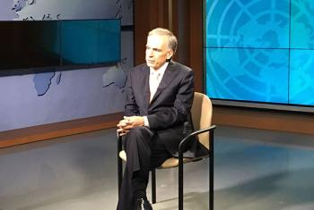 El jefe de la Misión de la ONU en Colombia, Jean Arnault, en la entrevista en los estudios de TV ONU. Foto: Radio ONU/Gisel Ducatenzeiler