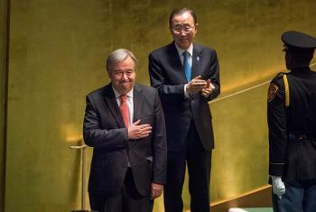 El próximo Secretario General de la ONU, António Guterres, agradece los aplausos de la Asamblea General y los del actual líder de la Organización, Ban Ki-moon, tras su nombramiento. Foto: ONU/Cia Pak