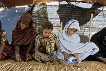 Niñas mauritanas tejiendo una alfombra de paja. Foto: ONU/Jean Pierre Laffont