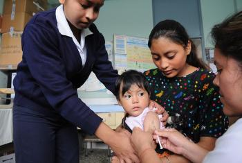 Vacunación contra el sarampión en un centro de salud que cuenta con el apoyo de UNICEF en Cobán, Guatemala.